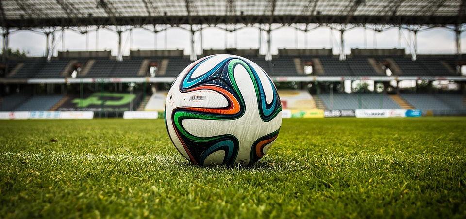 Anpfiff: Der Fussball liegt im Stadion
